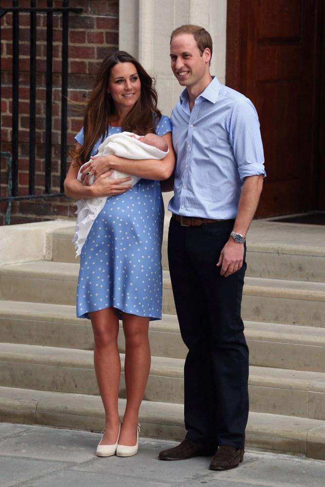 Kate Middleton et le prince William à la sortie de la maternité le 23 juillet 2013