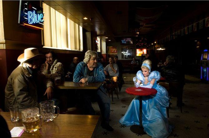 Cendrillon déprimée dans un bar