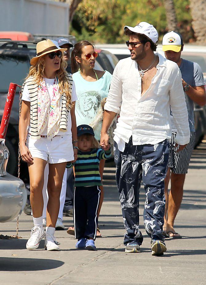 Paulina Rubio con su hijo Andrea y su nueva pareja Gerardo Bazúa