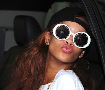 Auch spooky! Rihanna mit XXL-Sonnenbrille