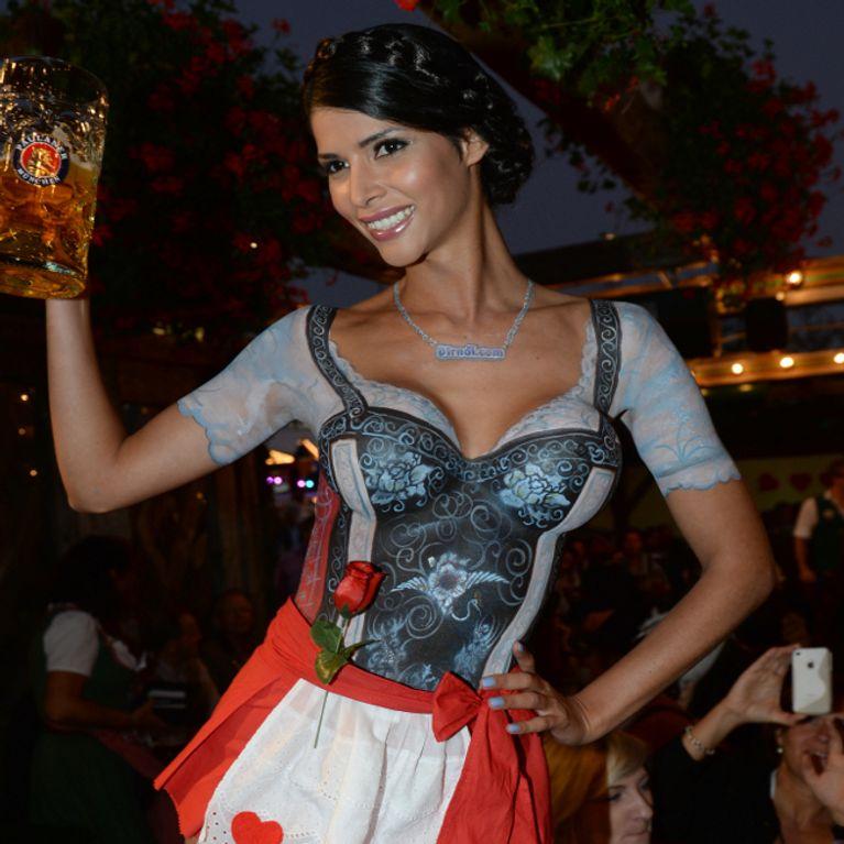 Micaela Schäfer nackt auf dem Oktoberfest
