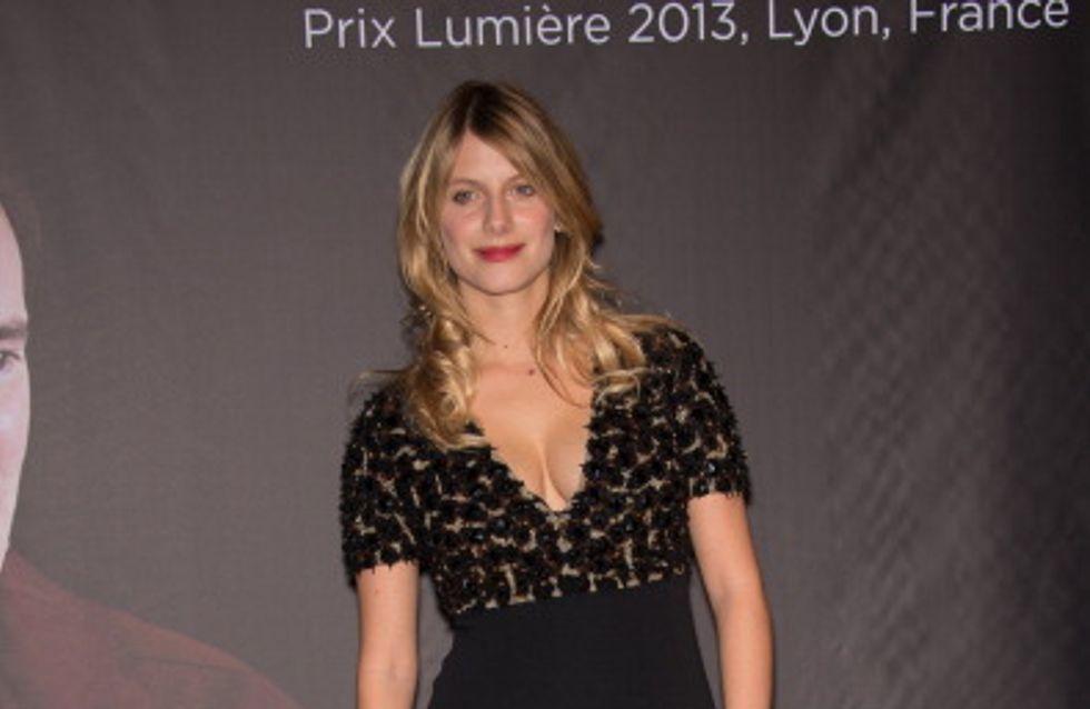 Mélanie Laurent sublime après bébé en robe Burberry