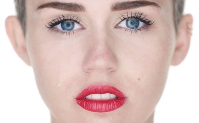 Miley Cyrus partage ses émotions dans son clip Wrecking Ball
