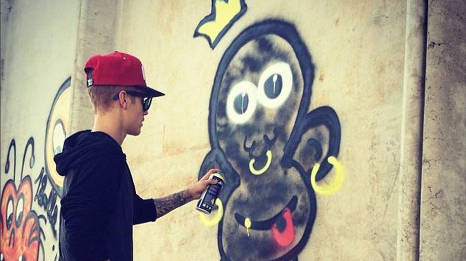 Justin Bieber : Accusé de vandalisme après avoir tagué un mur de Rio (Photos)