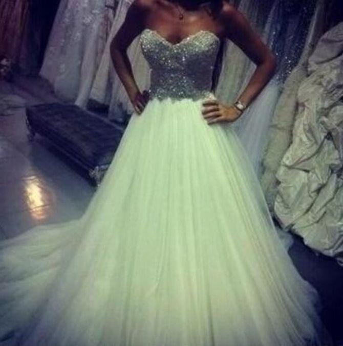 Ayem en robe de mariée