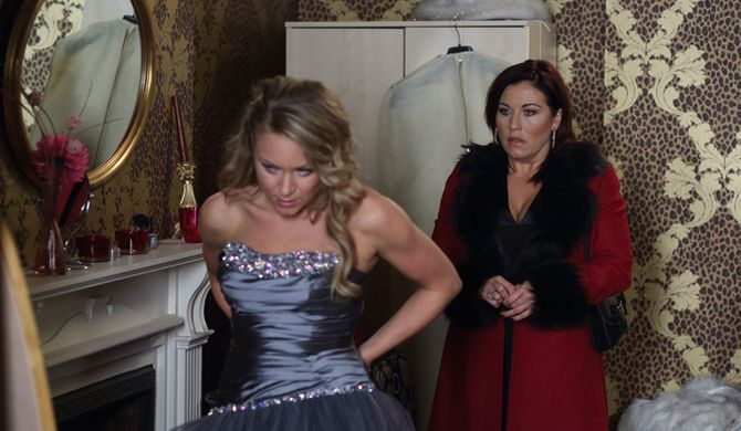 Roxy asks Kat to do up her dress