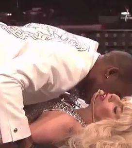 Lady Gaga et R.Kelly font l'amour en direct ! (Vidéo)