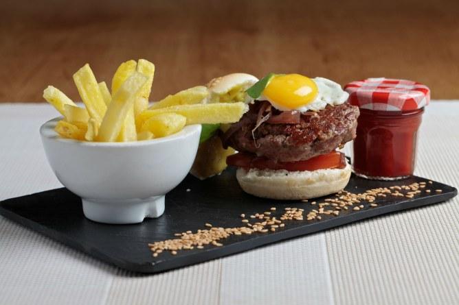 Mini hamburguesa de vaca retinta con queso idiazabal, cebolla caramelizada al vino tinto y huevo de codorniz.