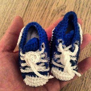 Iker Casillas sube una imagen de los patucos de su futuro hijo