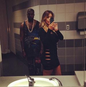 Kim Kardashian & Kanye West posten ein 'Bathroom Selfie'