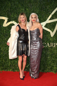 Kate Moss (robe LBD) et Rita Ora (robe Vivienne Westwood) aux British Fashion Awards 2013