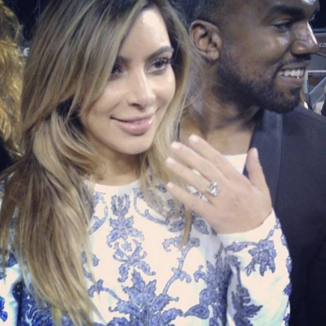 Kim zeigt ihren Verlobungsring