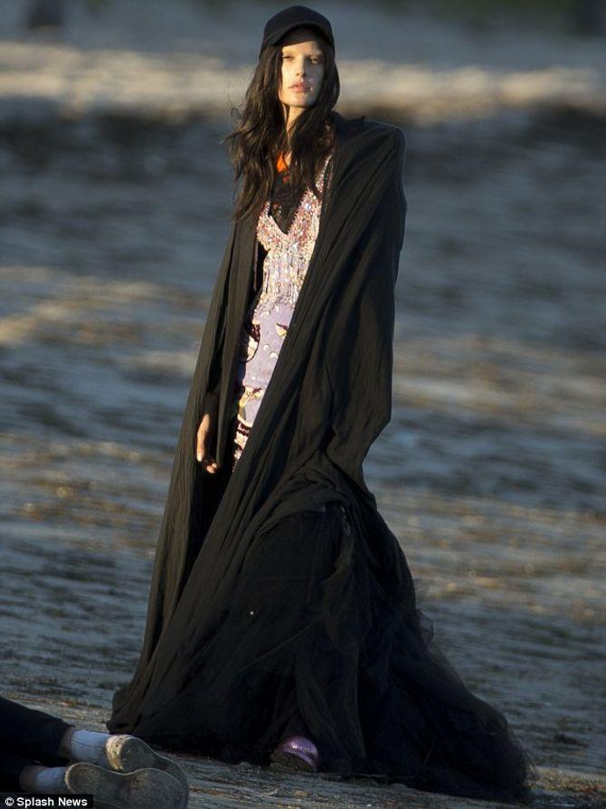 Alessandra Ambrosio en Gucci sur la plage de Los Angeles