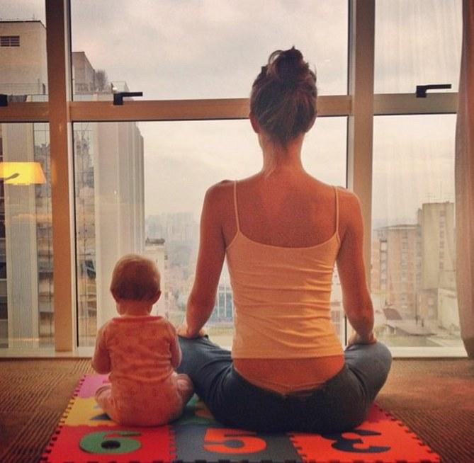 Gisele fa yoga con la piccola Vivian