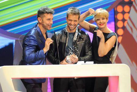 Pablo Alborán, el gran triunfador de la noche, recibe uno de los premios.
