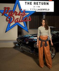 Kristen Stewart prend la pose au drive-in du défilé Chanel à Dallas