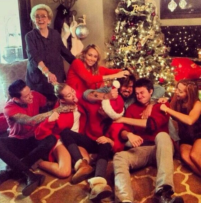 Miley Cyrus con su familia