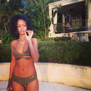 Rihanna en bikini à La Barbade, un joint à la main