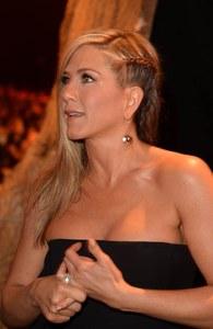 On copie le side-hair tressé de Jennifer Aniston