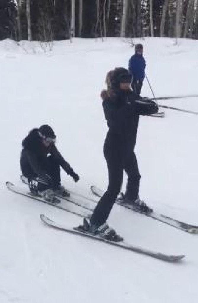 Kourtney passe sous les jambes de sa soeur Kim
