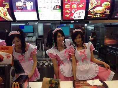 Déguisées en bonniches pour servir des hamburgers