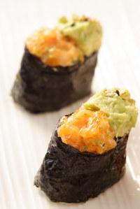 Gunkan sushi -Tartar de salmón con aguacate