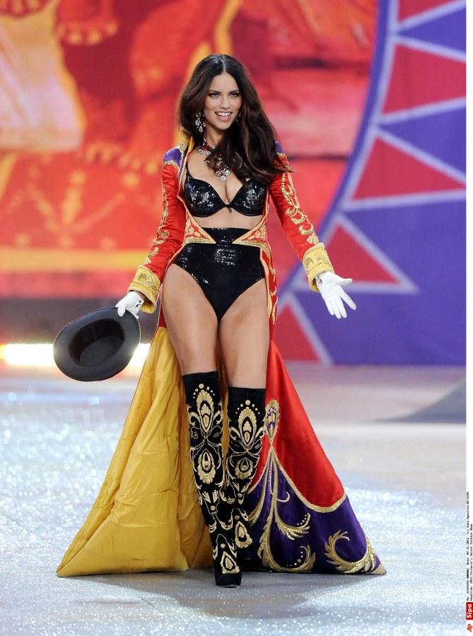 Adriana Lima au défilé Victoria's Secret 2012