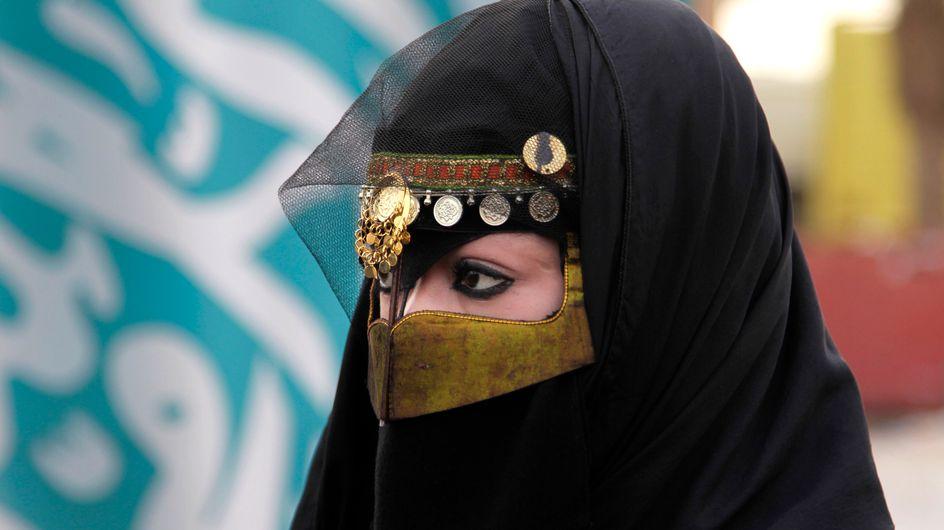 Los saudíes culpan al maquillaje de ojos del aumento de abusos sexuales en el país