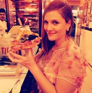 Drew Barrymore et sa pizza post Golden Globes