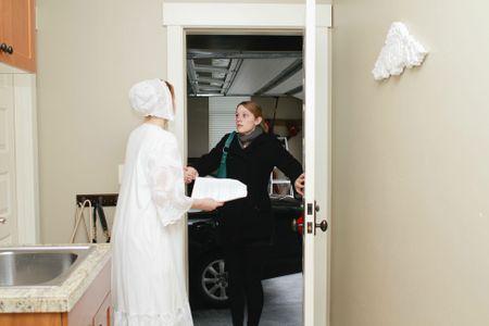 Bethany rentre chez elle et découvre sa soeur en tenue victorienne