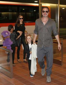 Brad Pitt y Angelina Jolie con sus hijos
