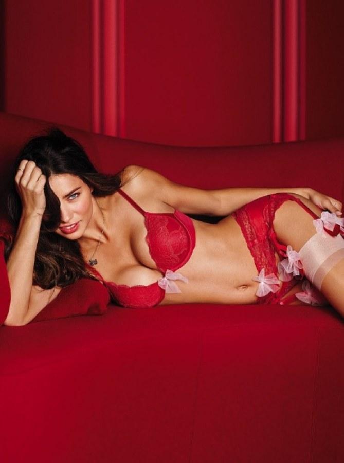 Adriana Lima pose pour la Saint-Valentin