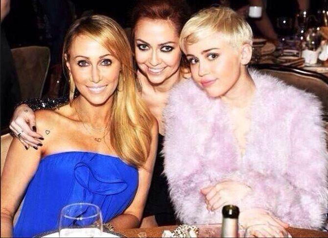 Miley Cyrus avec sa mère et sa soeur