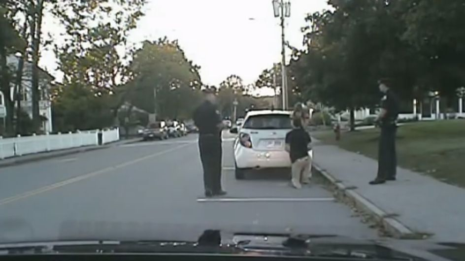 Insolite : Il fait sa demande en mariage pendant que les policiers l'arrêtent (vidéo)