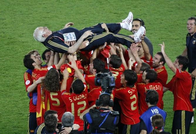 El entrenador, manteado por su equipo tras la victoria de España en la Eurocopa.
