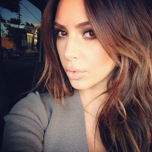 Kim Kardashian de nouveau brune