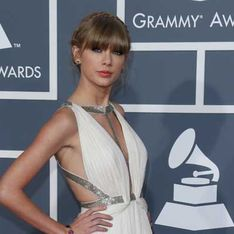 Taylor Swift finds it easy to keep her clothes on