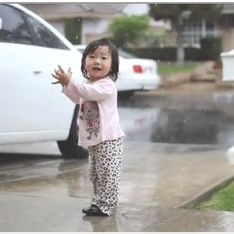 Vidéo buzz : Une petite fille qui voit la pluie pour la première fois, ça donne ça !
