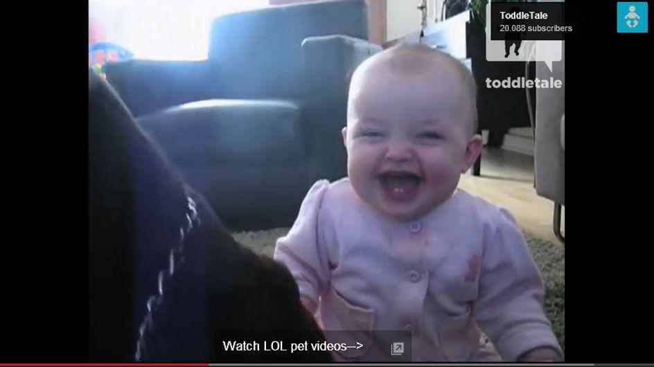 Dieses Baby kriegt sich nicht mehr ein vor Lachen: Schuld ist ein Hund und ... Popcorn!