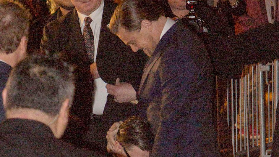 Un fan si butta ai piedi di DiCaprio
