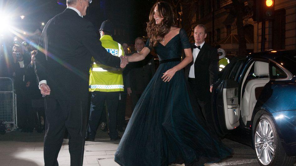 Kate splendida in abito lungo, come piace alla Regina