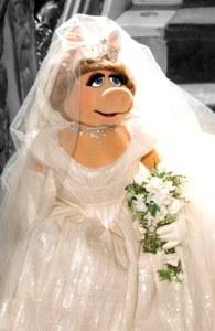 Miss Piggy trägt ein Hochzeitskleid von Vivienne Westwood