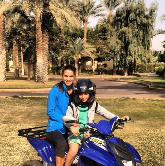 Rania de Jordanie faisant du quad avec sa fille