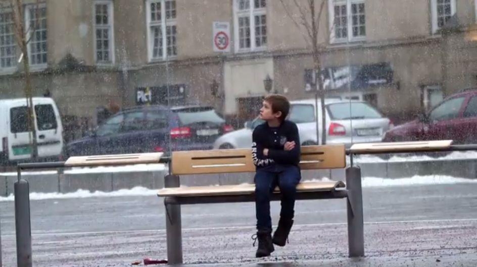 Wie lange muss ein frierender Junge warten, bevor ihm geholfen wird?