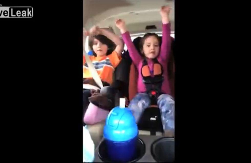 Eine Mutter filmt während der Autofahrt ihre Kinder - ein fataler Fehler!