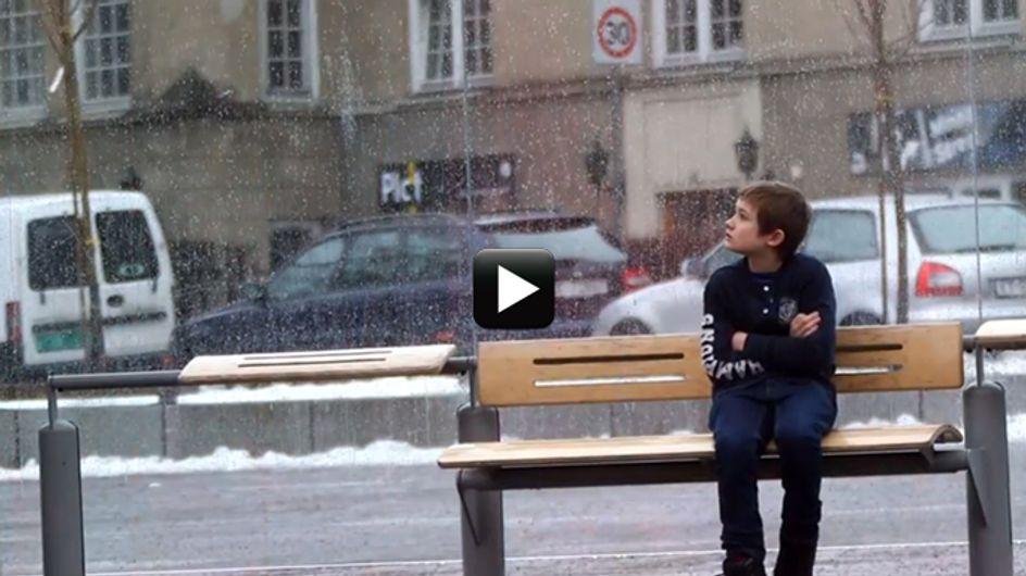Se vedessi un bambino tremare di freddo, senza giacca, mentre nevica, cosa faresti?