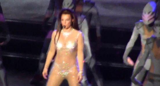 Britney Spears rousse lors de l'un de ses concerts