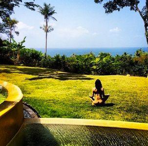 Michelle Rodriguez mentre fa yoga nuda davanti all'oceano