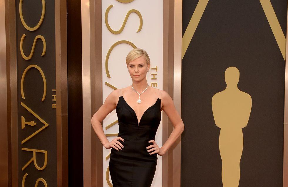 Charlize Theron aux Oscars 2014 : A-t-elle piqué le décolleté de Mariah Carey ?
