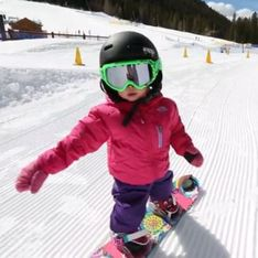 À seulement 17 mois, cette petite fille est la reine du snowboard ! (Vidéo)
